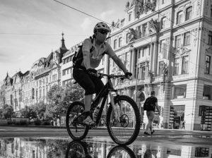 Se protéger en vélo avec en portant un masque